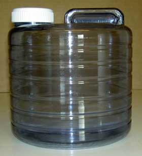 Uppsamlingskärlet är av polykarbonat, stark plast speciellt lämpad för vatten.